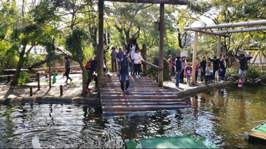 水上イカダへジャンプ