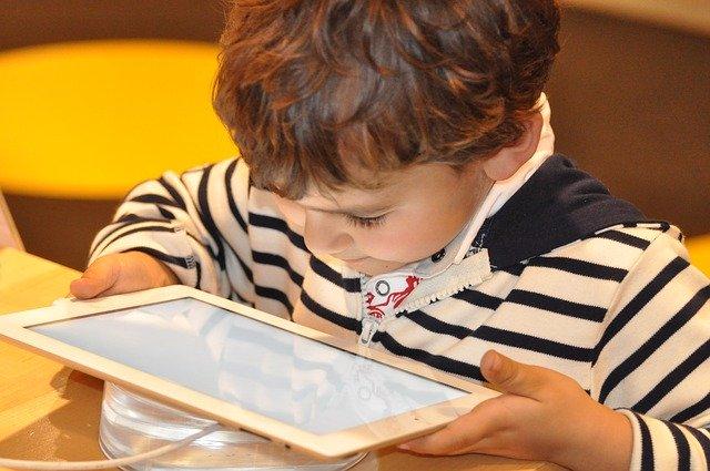 タブレット学習する少年