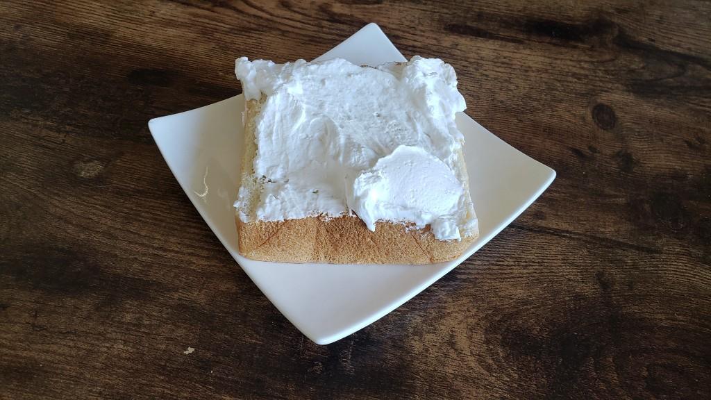 プレミアム食パンと生クリーム
