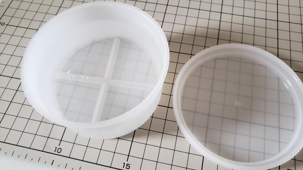 専用の容器に水を入れて氷を作ります。