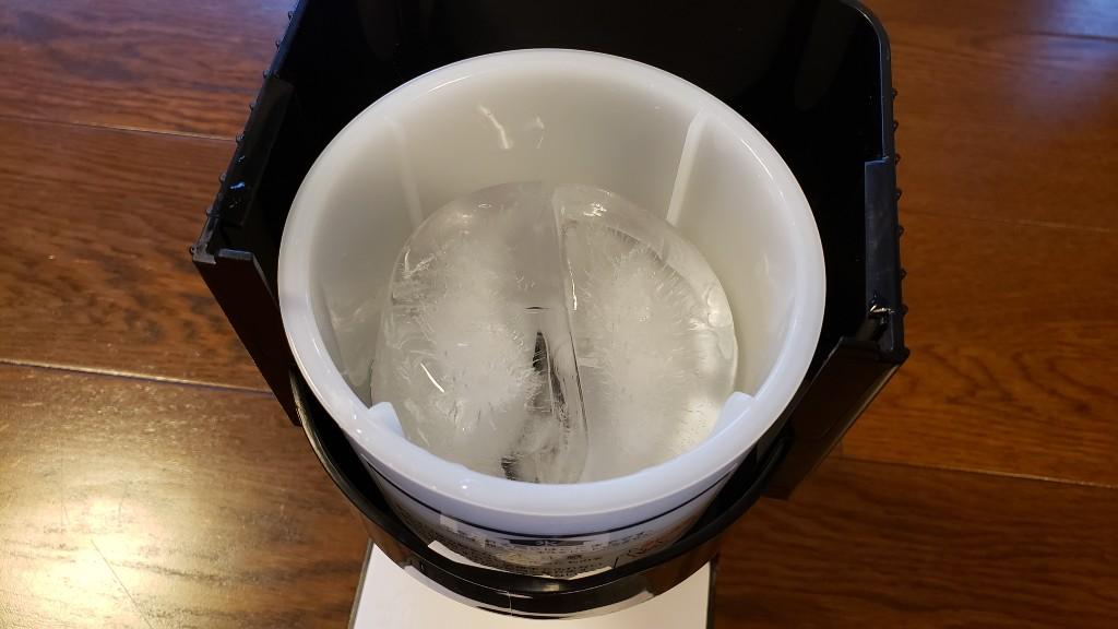 容器を開けて氷をセットします。