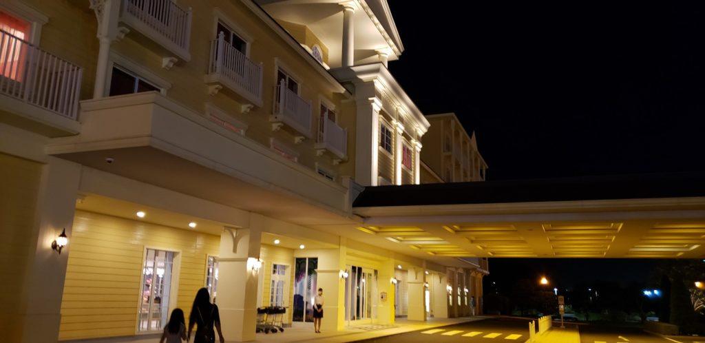 夜のホテル入口
